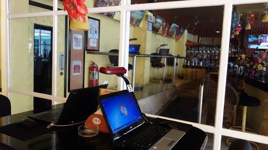 Clarkton Hotel: bar with internet shop