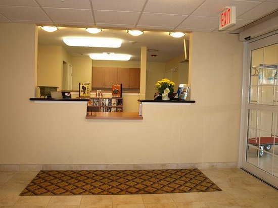 Candlewood Suites Lafayette River Ranch : Front Desk