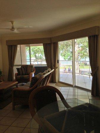 Coral Horizons Beachfront Apartments: リビング