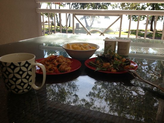 Coral Horizons Beachfront Apartments: バルコニーでで朝食