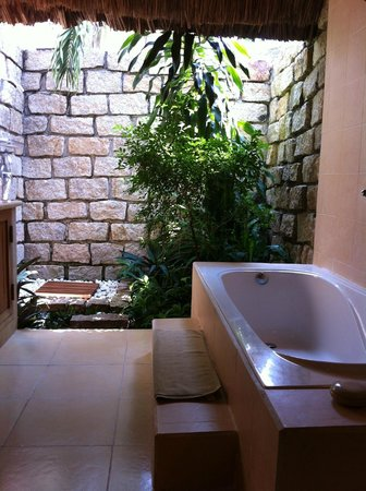 Mia Resort Mui Ne: No celling bathroom