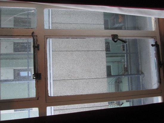 Hotel Waterloo & Backpackers: Cracked window