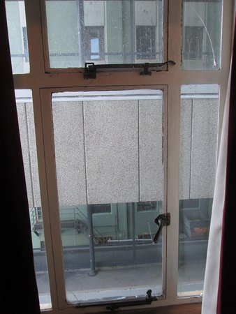 Hotel Waterloo & Backpackers : Cracked window