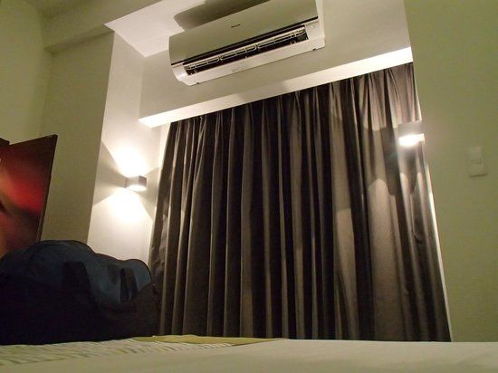 Microtel Inn & Suites by Wyndham Acropolis: Aircon and window curtain (room without a view)