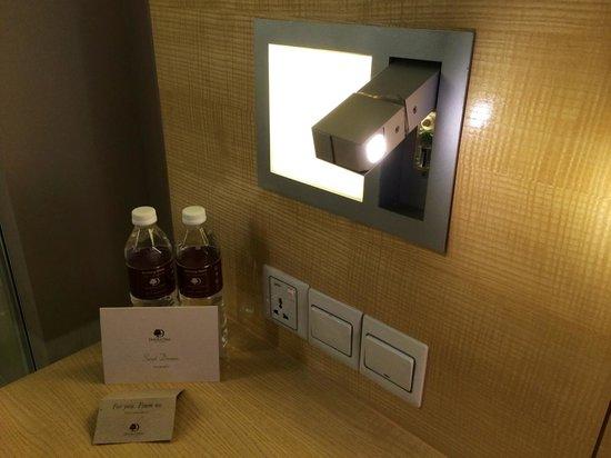 DoubleTree by Hilton Hotel Kuala Lumpur: Convenient reading lamp