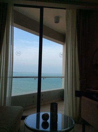 Sheraton Nha Trang Hotel and Spa: Minuscule balcony