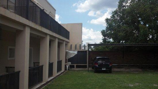 Hotel Luna serrana: vista de balcones y estacionamiento