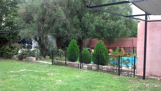 Hotel Luna serrana: vista del patio trasero y la piscina