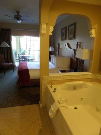 Hilton Grand Vacations at Tuscany Village : whirlpool bath & bedroom w/ bathroom behind me, not shown