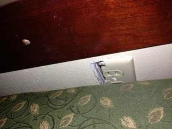 Hampton Inn Indianapolis Downtown Across from Circle Centre: broken outlet