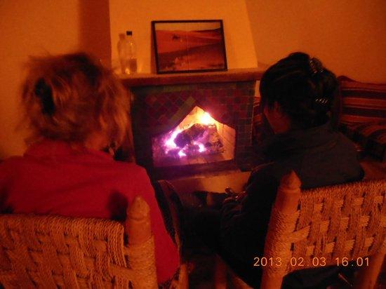 Imlil Authentic Toubkal Lodge : après le souper devant un bon feu de foyer
