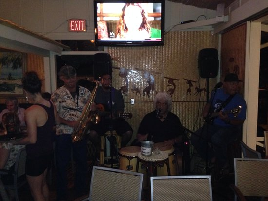 Kalypso Island Bar and Grill: Band at dinner time.