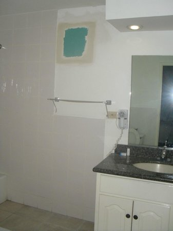 Royal Decameron Montego Beach: Chipped paint on sink, walls peeling.  Needed to be painted
