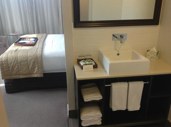 Rydges Auckland : The bathroom 'merges' with the bedroom