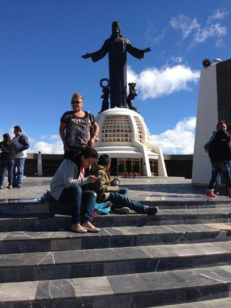 Santuario de Cristo Rey: frente a cristo de la montaña