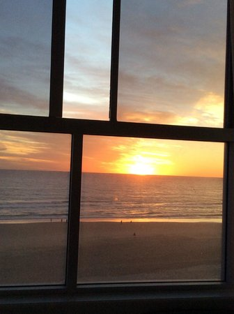 President Holiday Apartments : View of Sunrise from Bedroom