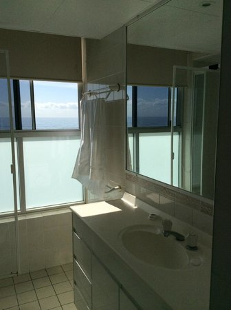 President Holiday Apartments : Ocean View from Bathroom