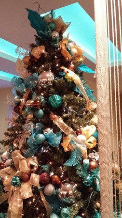 Sheraton Fisherman's Wharf Hotel : Everything was decorated so beautifully in the lobby for christmas... These were the colors thro