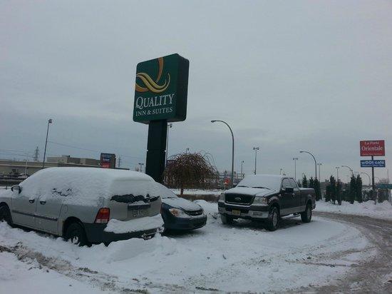 Quality Inn & Suites P.E. Trudeau Airport-Montreal : Enseigne de l'hôtel