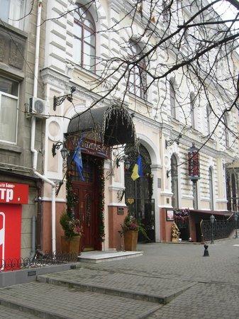 Hotel Ayvazovsky: A hotel entrance
