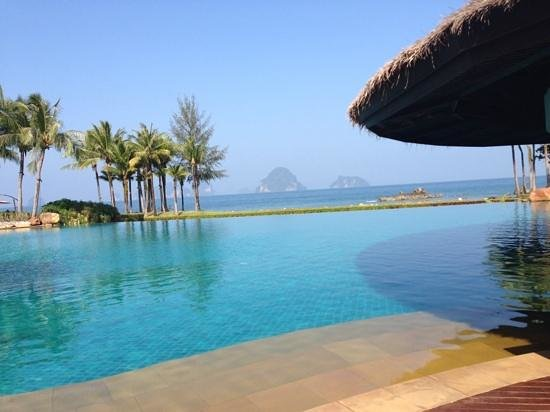 Phulay Bay, A Ritz-Carlton Reserve : The infinity pool and stunning views beyong