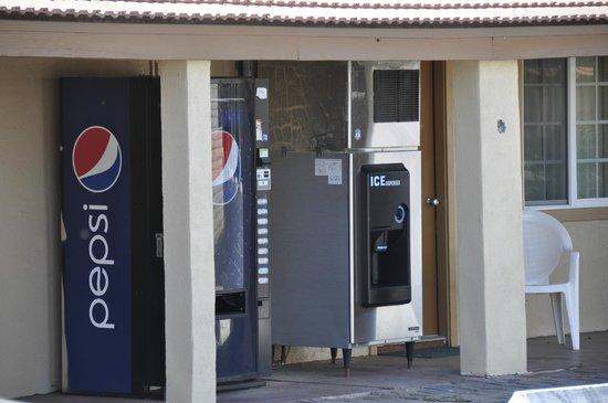 Hacienda Motel Yuma: They had Fresh Coffee in the Lobby & Soda & Ice Machines outside.
