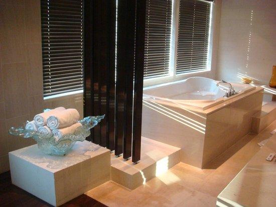 InterContinental Dubai Festival City: Master bathroom_3