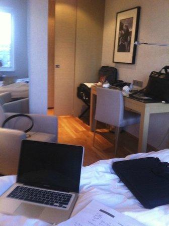 Hilton Reykjavik Nordica : room size standard room