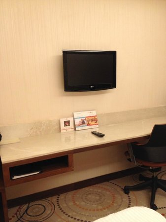 The Metropolitan Hotel & Spa New Delhi: Small TV and desk area