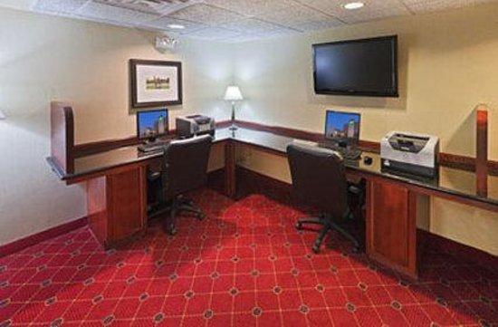 MCM Elegante Hotel & Suites: Business Center