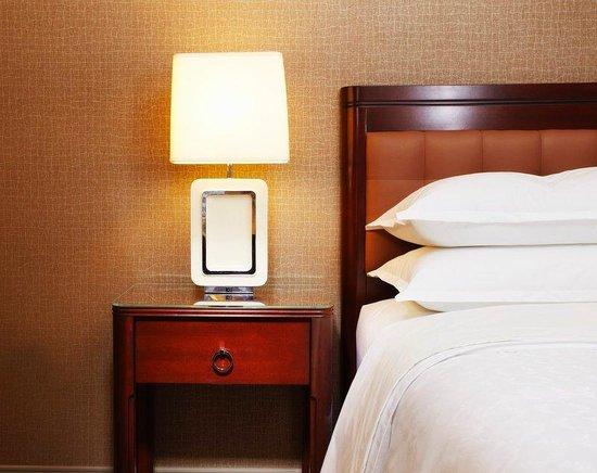 Sheraton Lisle Hotel: Revival Nightstand