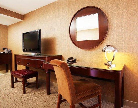 Sheraton Lisle Hotel: Revival Desk