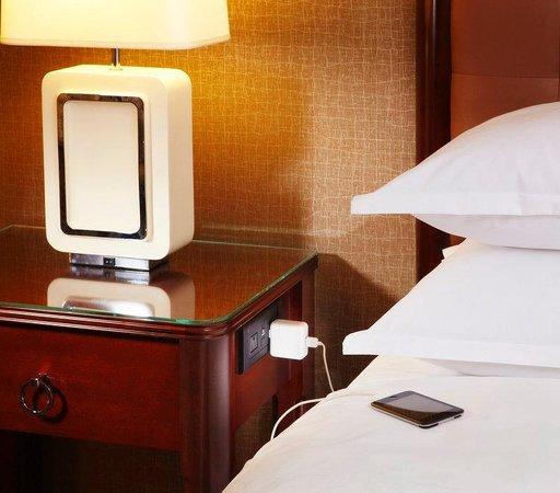 Sheraton Lisle Hotel: Revival Charging Nightstand