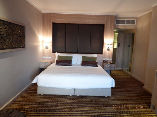 Amari Watergate Bangkok: Grand deluxe room - even accomodated me by replacing the feather pillows...allergies...