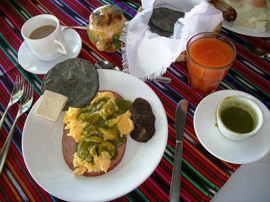 Hotel Posada de Don Rodrigo Panajachel: Green eggs and ham?  No, just eggs with salsa verde.  Great breakfast.