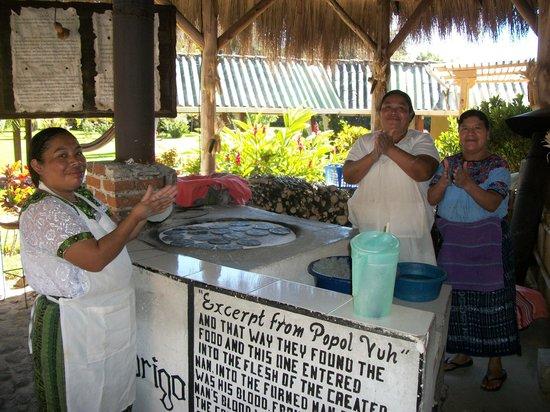 Hotel Posada de Don Rodrigo Panajachel: These women were so friendly, you feel like Mom and her friends are cooking.
