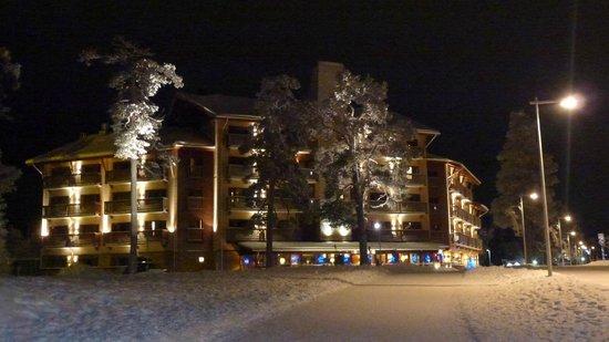 Santa's Hotel Tunturi: Exterior shot of Gielas wing at night