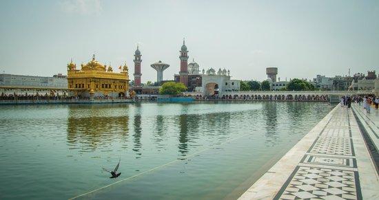 Amritsar Heritage Walk: Золотой храм и вход, который ведет в столовую. Там кормят всех бесплатно.