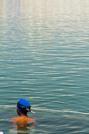 Amritsar Heritage Walk: Сикхи омываются в озере вокруг храма. Кинжалы оставляют с собой - таковы правила.