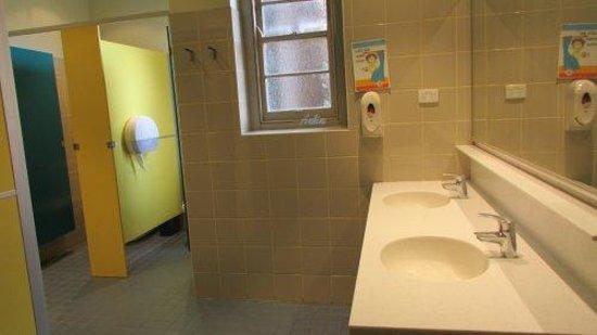 Blue Mountains YHA: Ladies' washroom