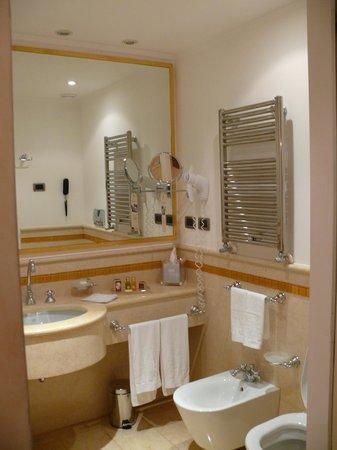 Hotel a La Commedia: Une spacieuse salle de bain avec baignoire