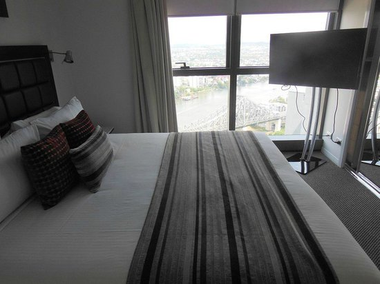 Meriton Suites Adelaide Street, Brisbane: Bedroom with view and TV