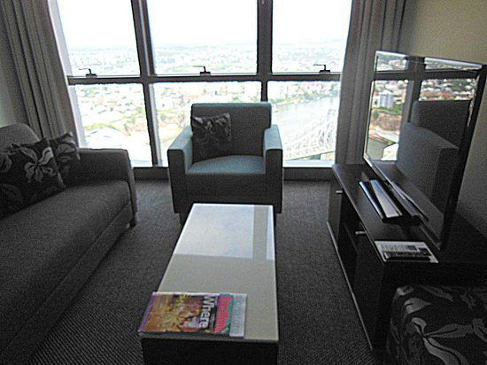 Meriton Suites Adelaide Street, Brisbane : Lounge with view and TV