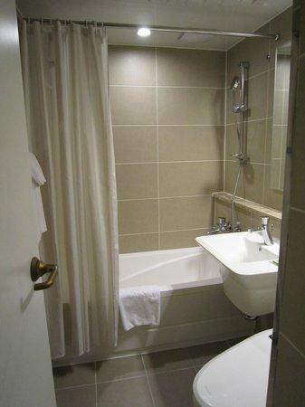 The Grand Hotel Myeongdong: バスルームは普通、ちょっと狭め