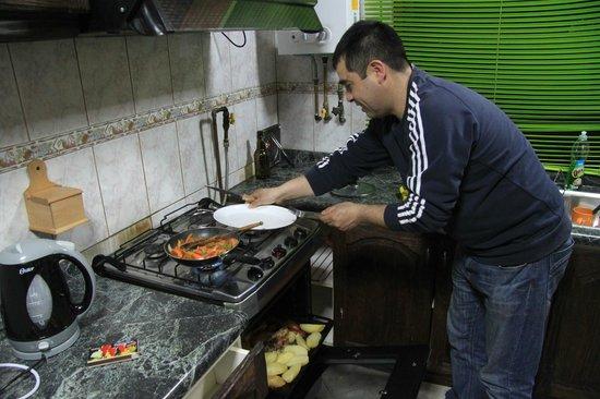 Hostal el Nogal Pucon: Rodrigo cocinando para nosotros.