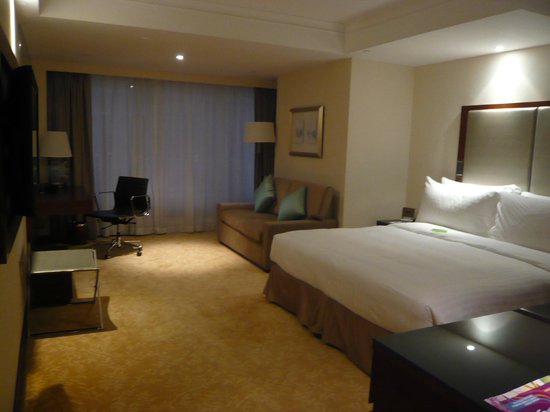 The Royal Pacific Hotel & Towers: Room on the business floor