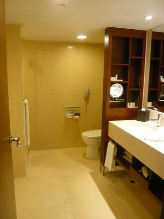 The Royal Pacific Hotel & Towers: Bathroom on the business floor
