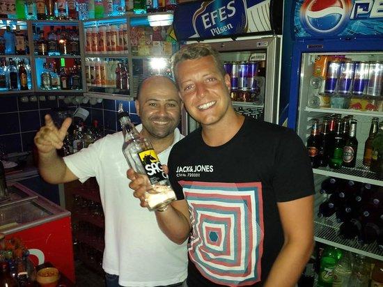 Mustang Bar: Drinks and food!