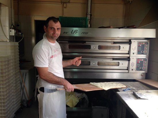 Pizzeria Don Miguel: La spalla di Miguel in azione nel Superforno david