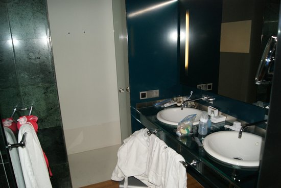 Hotel Reina Petronila: bathroom